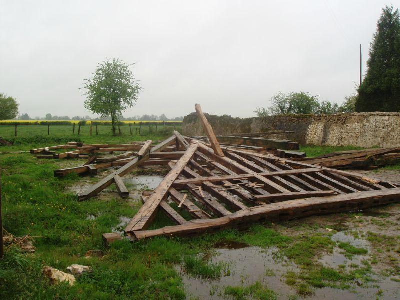 La toiture de la grange après son effondrement