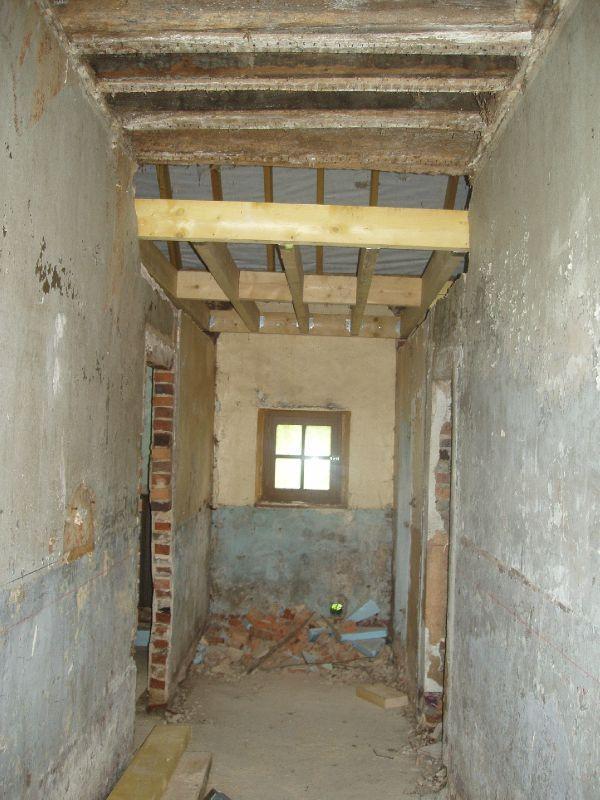 Le couloir de la maison après les premiers travaux de dégagement