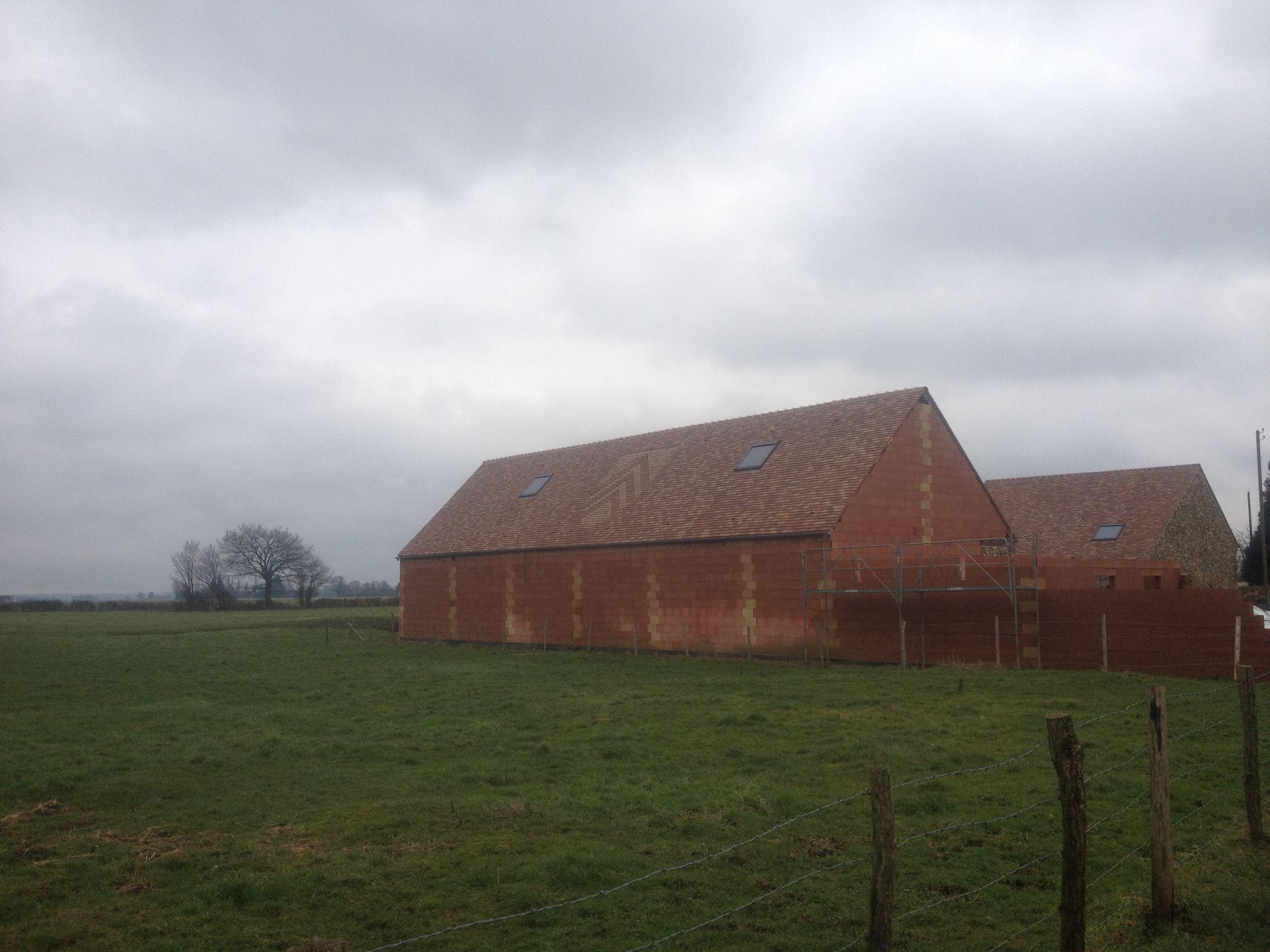La toiture de la grange est terminée